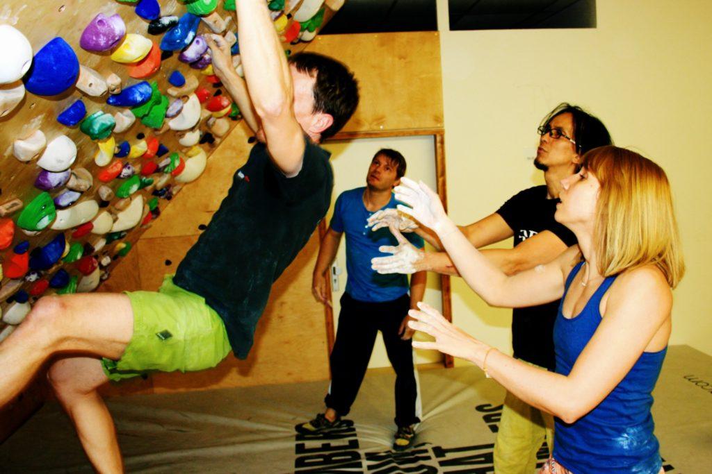 Eine Gruppe Boulderer an der Systemwand im Trainingsraum der Boulderia